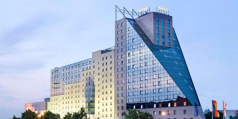 Totale des Hotel Estrel Berlin in der Dämmerung