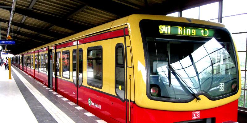 S-Bahn in einem S-Bahnhof