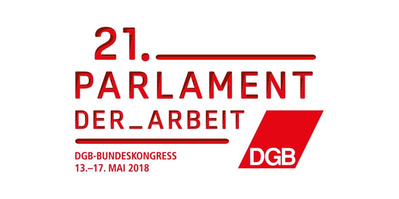 """Im Vordergrund der rote Schriftzug """"21. Parlament der Arbeit - DGB-Bundeskongress"""", im Hintergrund leicht transparent Szene aus einem Plenarsaal eines Kongress, Delegierte heben Stimmkarten"""